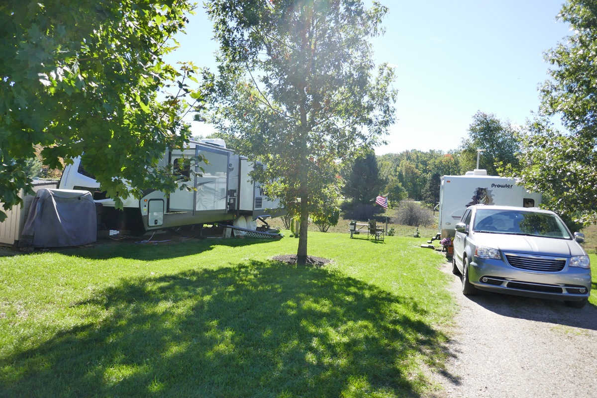 campsites with trailers and suv